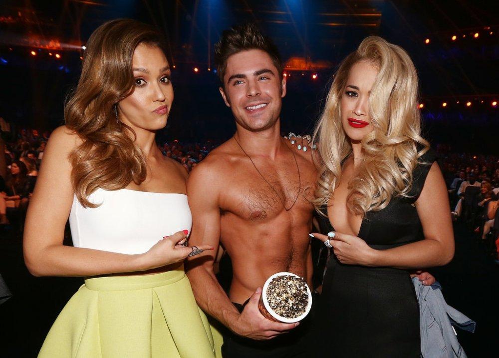 Shirtless-Zac-Efron-found-himself-middle-Jessica-Alba