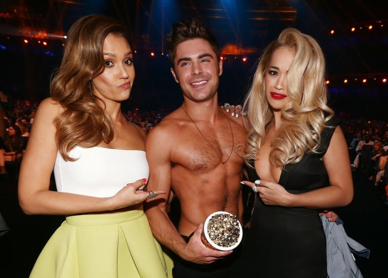 Shirtless-Zac-Efron-found-himself-middle-Jessica-Alba