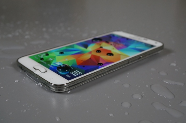 Galaxy S5 takes Ice Bucket Challenge, nominates iPhone 5s, HTC One M8 and Nokia Lumia 930!